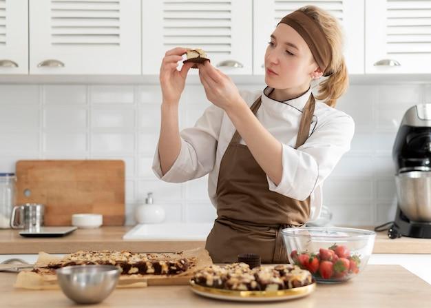 Plan moyen femme préparant le dessert