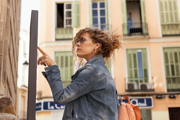 Plan moyen femme à la recherche de la direction