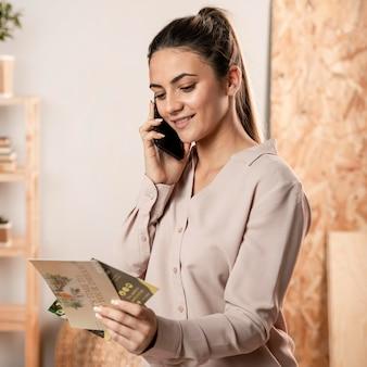 Plan moyen femme regardant des dépliants