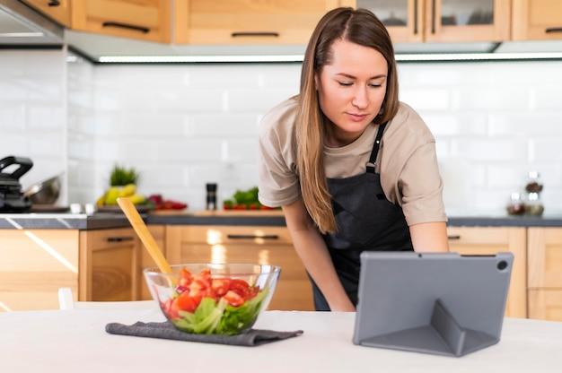 Plan moyen femme regardant tablette