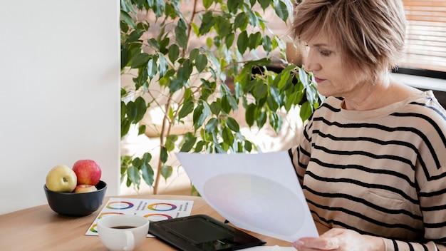 Plan moyen femme avec tablette à dessin