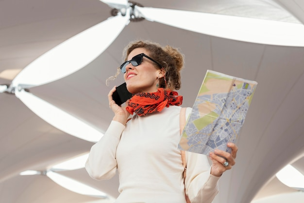 Plan moyen femme tenant une carte