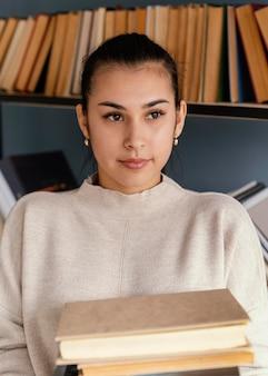 Plan moyen femme tenant des livres