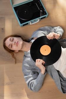 Plan moyen femme tenant vinyle