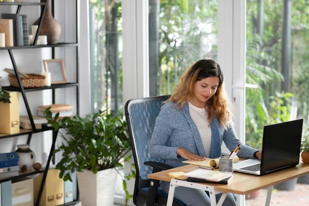 Plan moyen femme travaillant à domicile