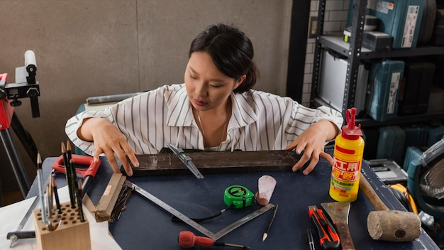 Plan moyen femme travaillant avec du bois