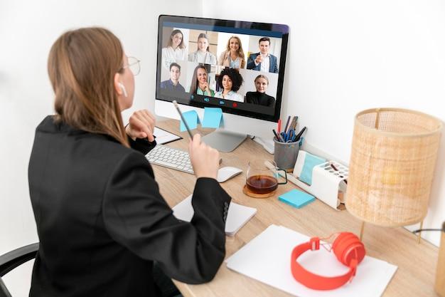 Plan moyen femme travaillant avec ordinateur