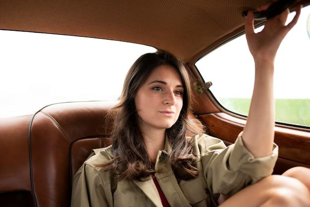 Plan moyen femme voyageant en voiture