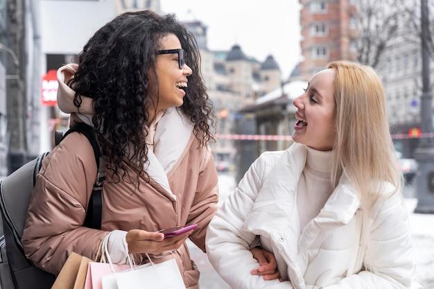 Plan moyen femmes discutant à l'extérieur