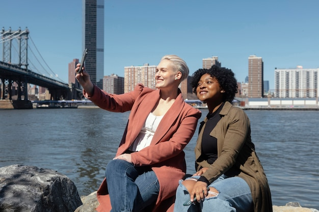 Plan moyen femmes prenant selfie
