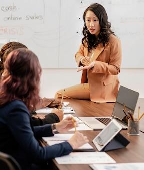Plan moyen femmes en réunion