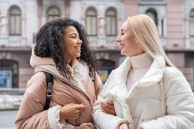 Plan moyen femmes voyageant