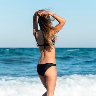 Plan moyen de fille à la plage