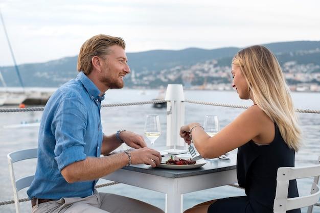 Plan moyen des gens mangeant ensemble