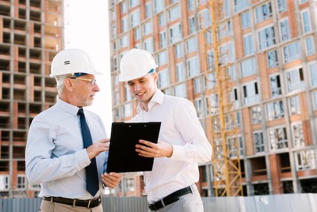 Plan moyen des gens parlent de projet de construction