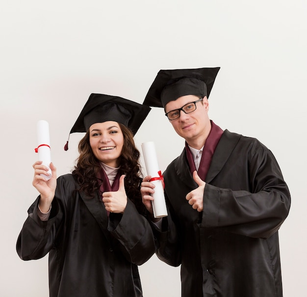 Plan moyen, heureux, étudiants diplômés