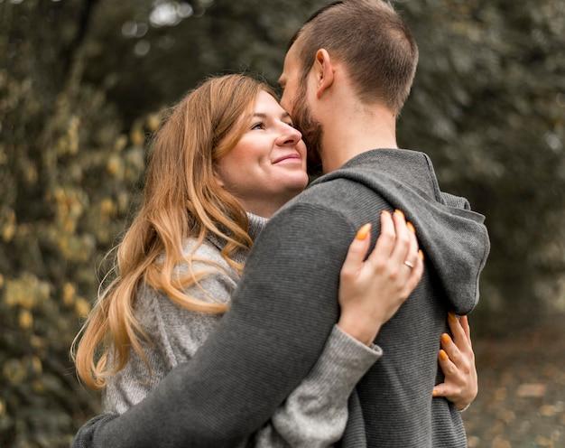 Plan moyen heureux partenaires étreignant