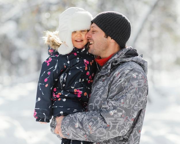 Plan Moyen Heureux Père Tenant Enfant Photo gratuit