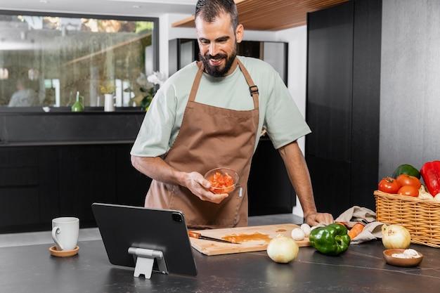 Plan moyen homme préparant un repas