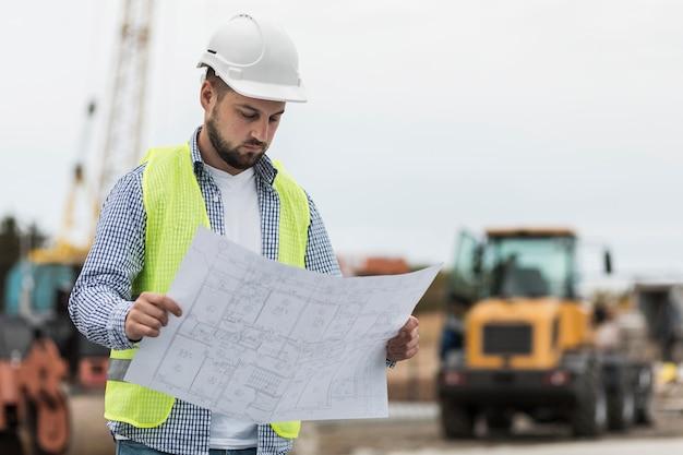 Plan moyen homme regardant projet