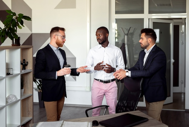 Plan moyen d'hommes travaillant ensemble