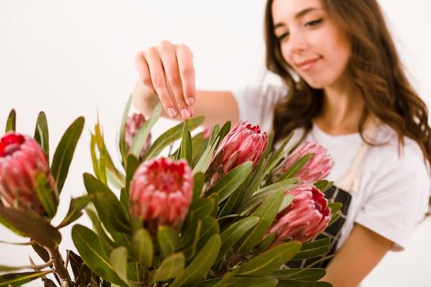 Plan moyen jeune fleuriste avec bouquet