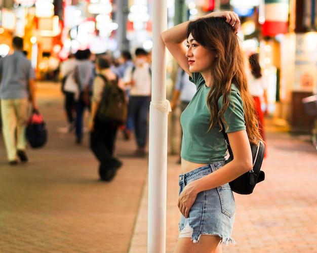 Plan moyen de jolie fille à tokyo