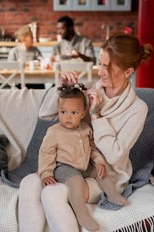 Plan moyen mère avec enfant sur canapé