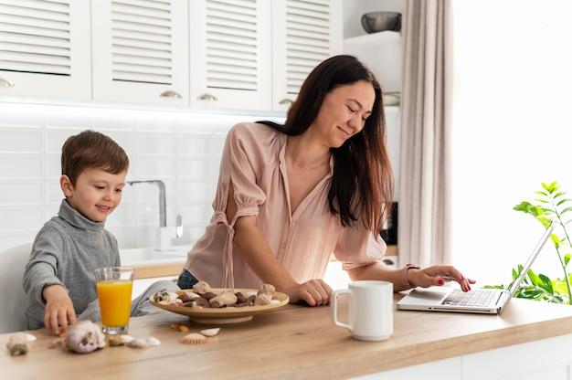 Plan moyen mère et enfant à la maison