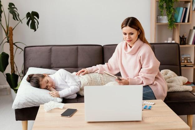Plan moyen mère et fille malade