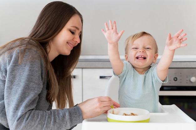 Plan moyen mère nourrir l'enfant