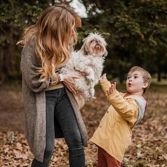 Plan moyen mère tenant un chien mignon