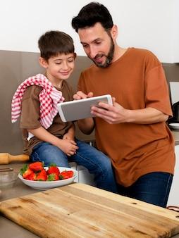 Plan moyen parent et enfant avec tablette