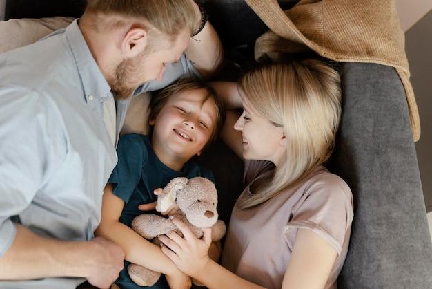 Plan moyen parents et enfant sur canapé