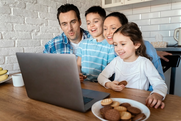 Plan moyen parents et enfants ensemble
