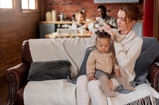 Plan moyen parents avec enfants