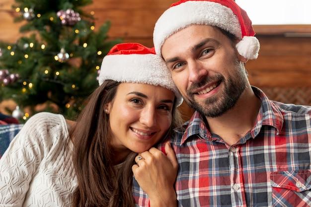 Plan moyen parents heureux posant ensemble