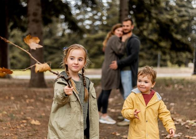 Plan moyen des parents heureux regardant les enfants