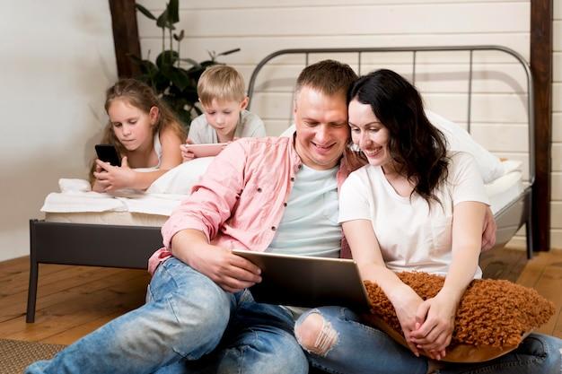 Plan moyen, parents, pose, près, lit
