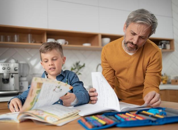 Plan moyen père aidant l'enfant
