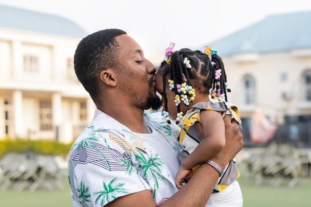 Plan moyen père embrassant fille