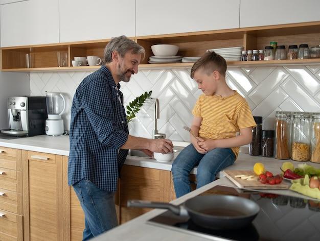 Plan moyen père et enfant cuisine