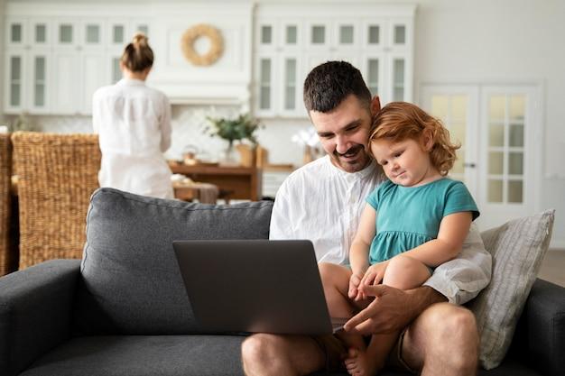 Plan moyen père et enfant avec ordinateur portable