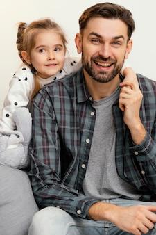 Plan moyen père et enfant posant