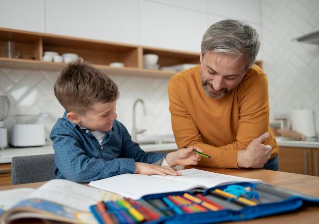 Plan moyen père et enfant