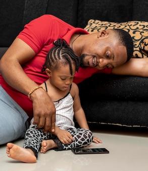 Plan moyen père et fille sur marbre