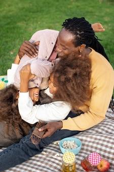 Plan moyen père jouant avec des enfants