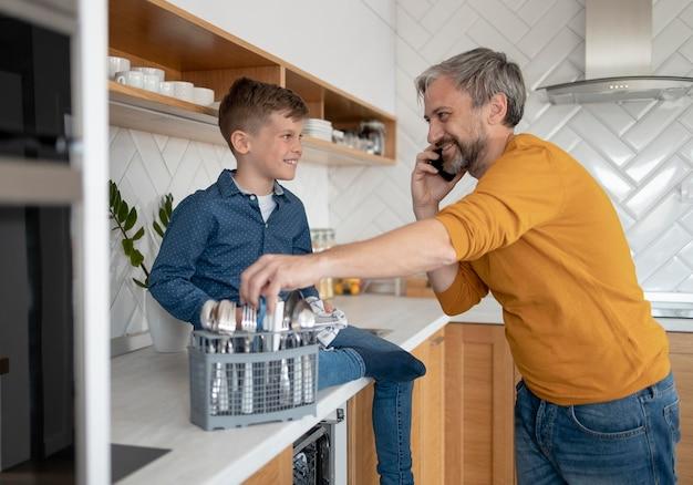 Plan moyen père parlant au téléphone