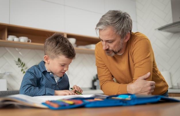 Plan moyen père regardant enfant