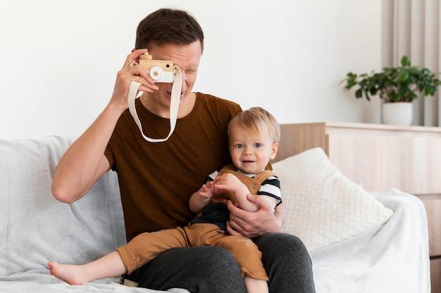 Plan moyen père tenant enfant